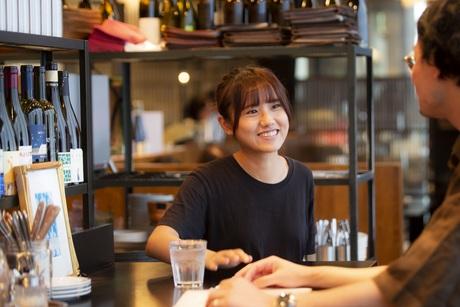 【軽井沢で人気のハルニレテラス】お洒落なベーカリー&レストランホールスタッフ募集!!